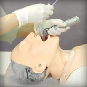 Intubação intraoral com laringoscópio