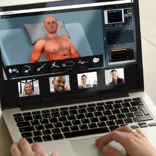 aluno fazendo uma simulação médica através de um laptop